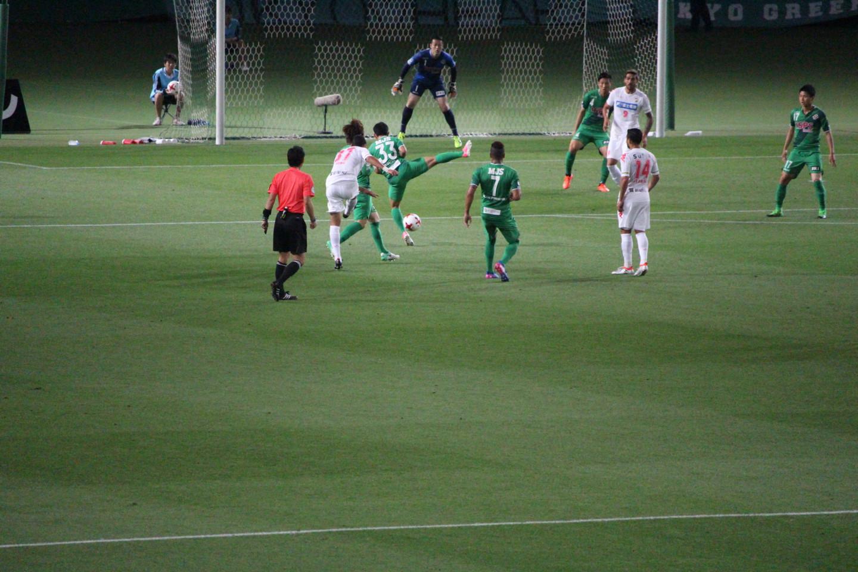 J2 第14節 東京V VS 千葉 キムボムヨン選手のミドルシュートの写真