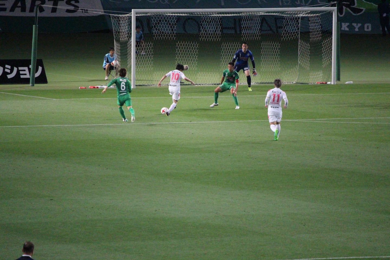 J2 第14節 東京V VS 千葉 町田選手の空振りシュートの写真