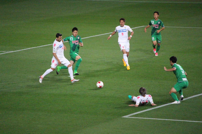 J2 第14節 東京V VS 千葉 アランダ選手のシュートの写真