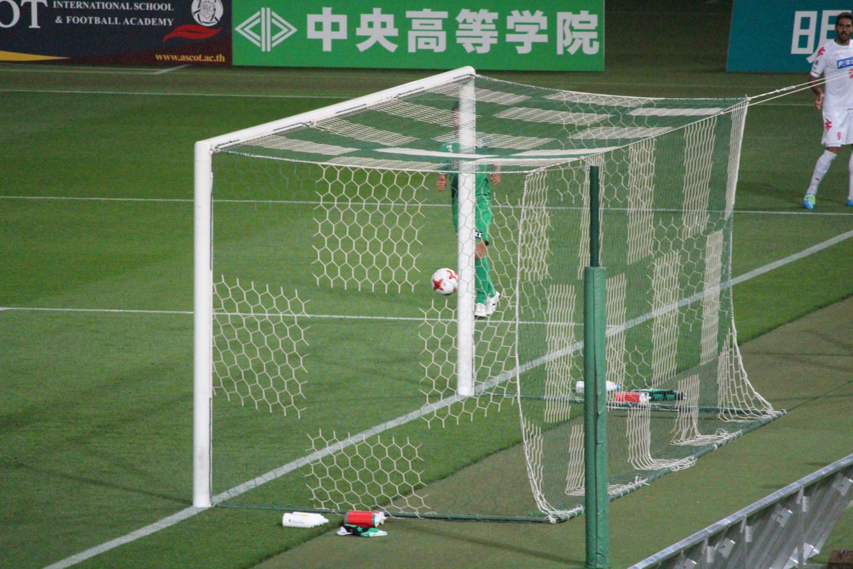 J2 第14節 東京V VS 千葉 アランダ選手のシュートがポストに当たった時の写真