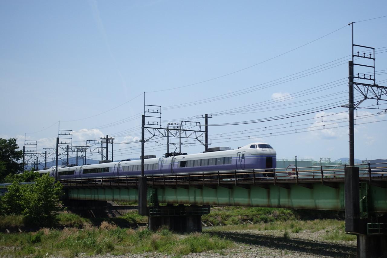 浅川サイクリングロードでスーパーあずさの写真