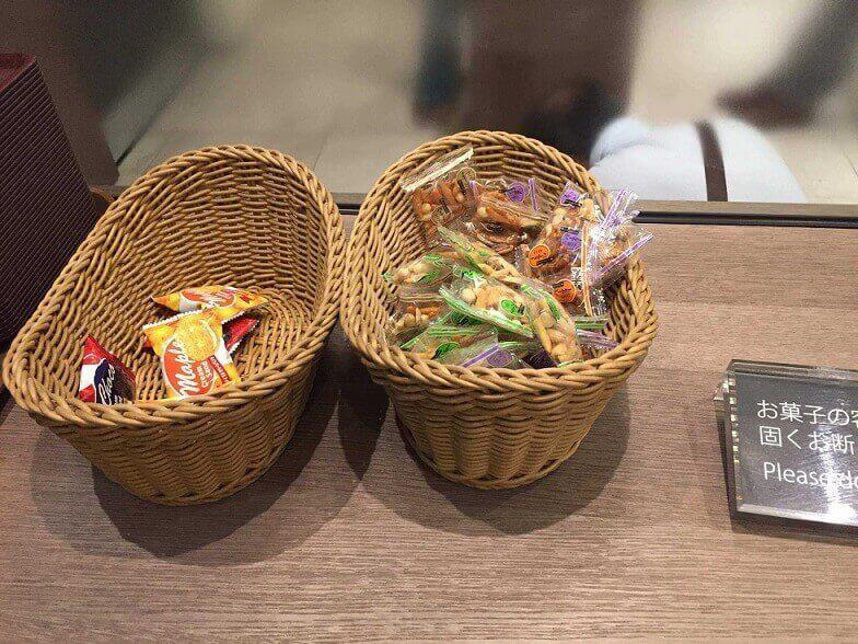 国内カードラウンジのお菓子はご自由にもらえる