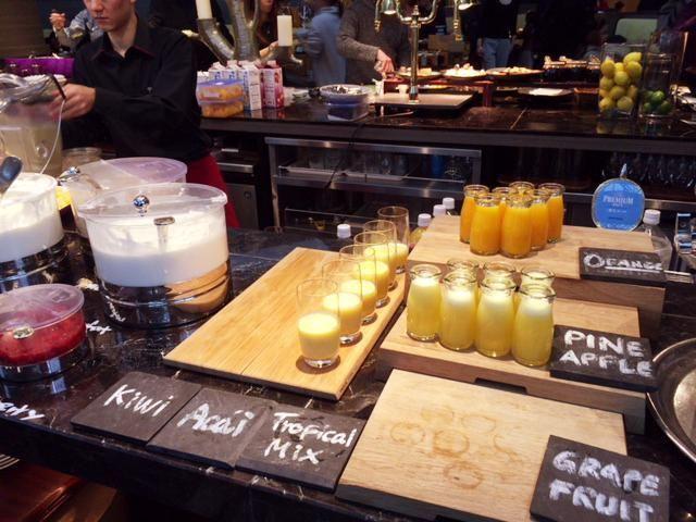 東京マリオットホテルの朝食はフレッシュなスムージーやフルーツがたくさん