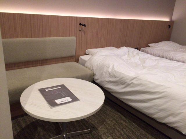 JRイン札幌駅南口ホテルのツインの部屋のサイドテーブルとソファー