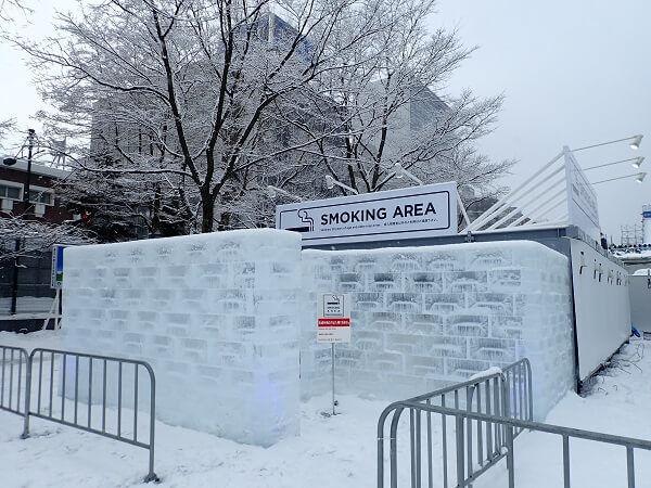 札幌雪まつりの喫煙ルームは氷