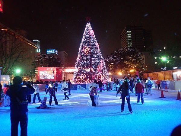 雪まつり会場のスケートリンクの写真