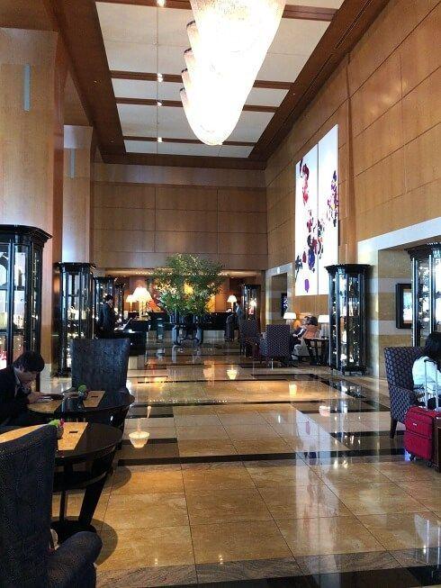リッツカールトン東京の豪華なフロントロビー