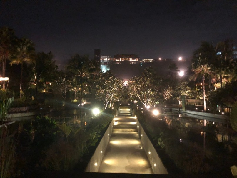 リッツカールトンバリのホテル敷地夜の風景