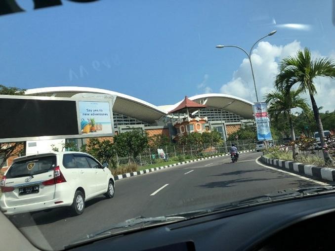 バリのングラライ国際空港