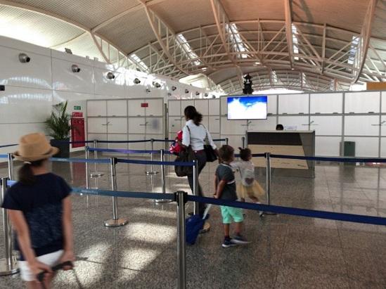 バリのングラライ国際空港の保安検査