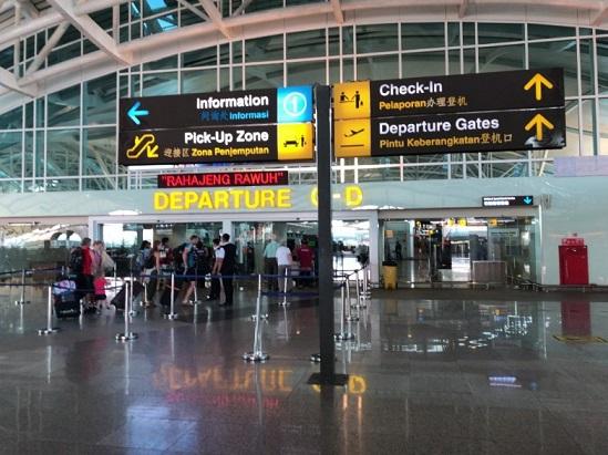 バリのングラライ国際空港出国