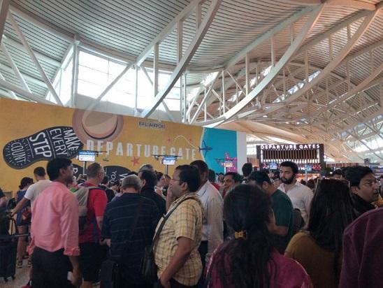 バリのングラライ国際空港の出国審査