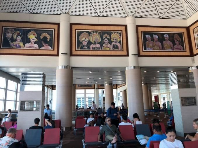 バリのングラライ国際空港の制限区域のレストラン