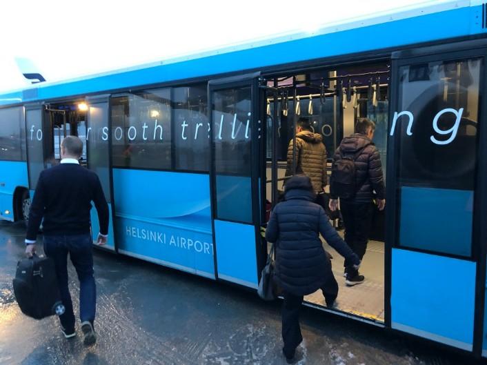 到着後はバスで移動