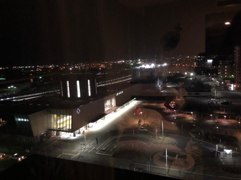 部屋から外を見ると函館駅ビュー