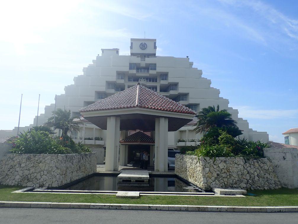 シェラトン沖縄サンマリーナリゾートの正面