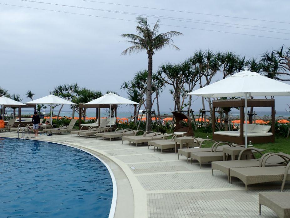 シェラトン沖縄サンマリーナリゾートの屋外ガーデンプールのチェアー