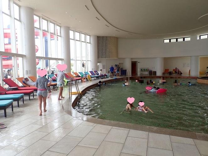 シェラトン沖縄の室内プール