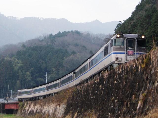 キハ181系かにカニはまかぜ 。播但線、竹田-和田山 間。
