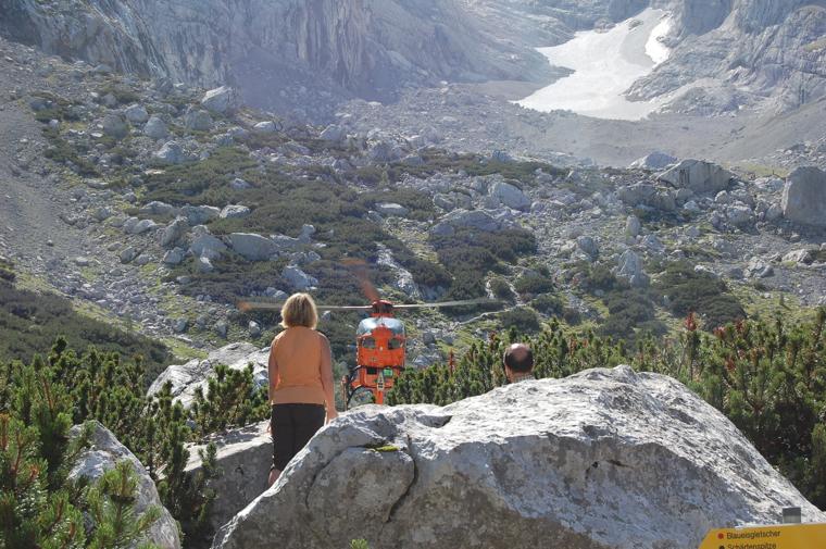 救助ヘリを見上げる登山者