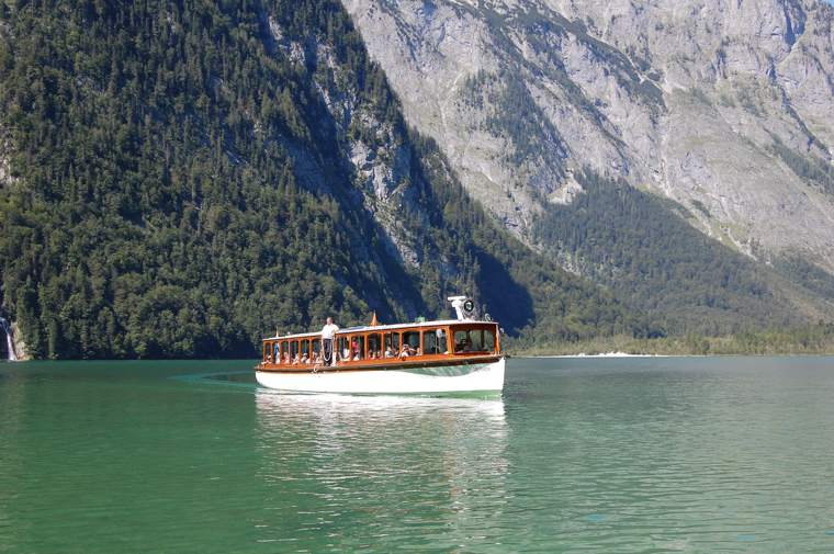 ケーニヒス湖を遊覧船で