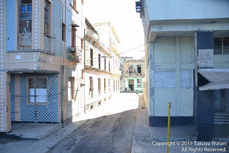 キューバのハバナ。路地裏へ続く道