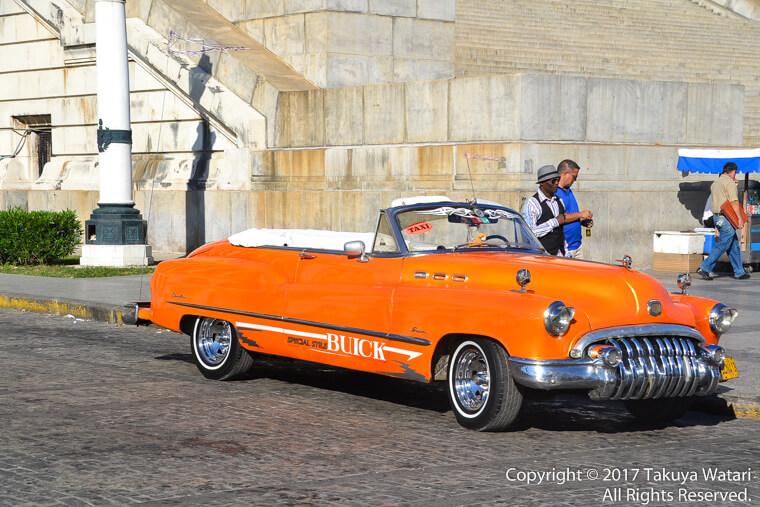 ハバナにあったオレンジ色のクラッシックカー