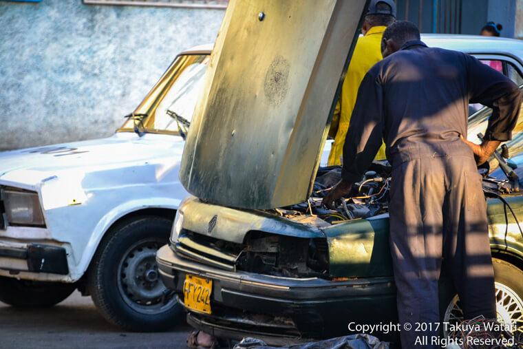 ハバナでクラッシックカーを整備している人