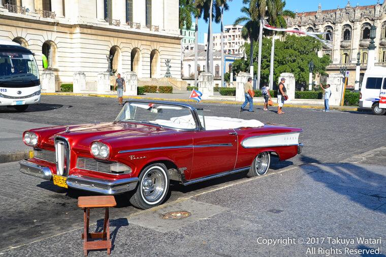 ハバナの街に赤いクラッシックカー