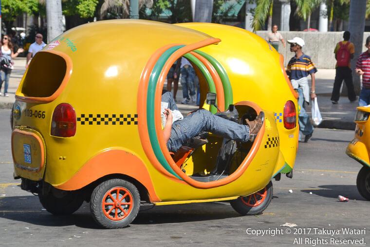 ハバナのココナッツタクシーを横から