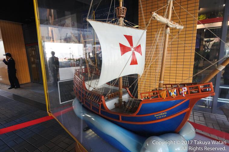 サンタマリア号の模型が乗り場への入り口付近にある