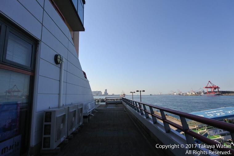 サンタマリア号乗り場で階段を降りずに外へ出たところ