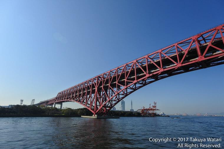 港大橋をサンタマリア号のデッキから