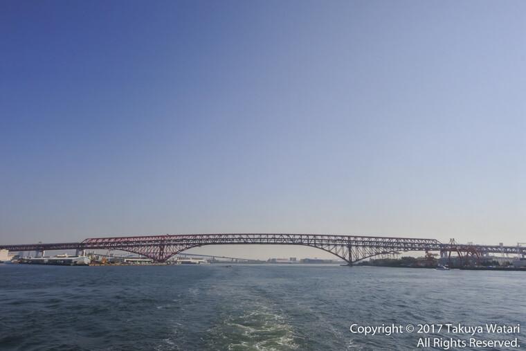 港大橋をサンタマリア号の特別室から