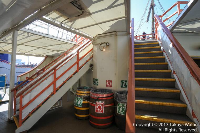 サンタマリア号の階段で転ばないように注意