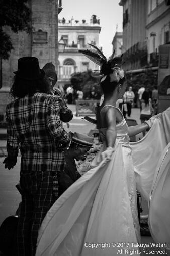 ハバナのストリートパフォーマーを白黒で