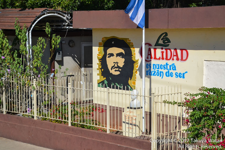 チェゲバラのイラストがハバナの街の壁に