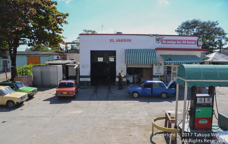 ハバナの観光バスから撮影したガソリンスタンド