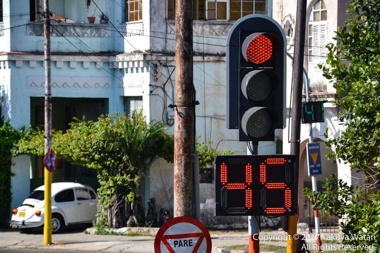 ハバナの信号は待ち時間の表記が大きい