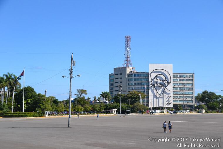 革命広場にあるカミロシエンフェゴスの肖像