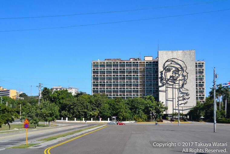 ハバナの革命広場にチェゲバラの肖像