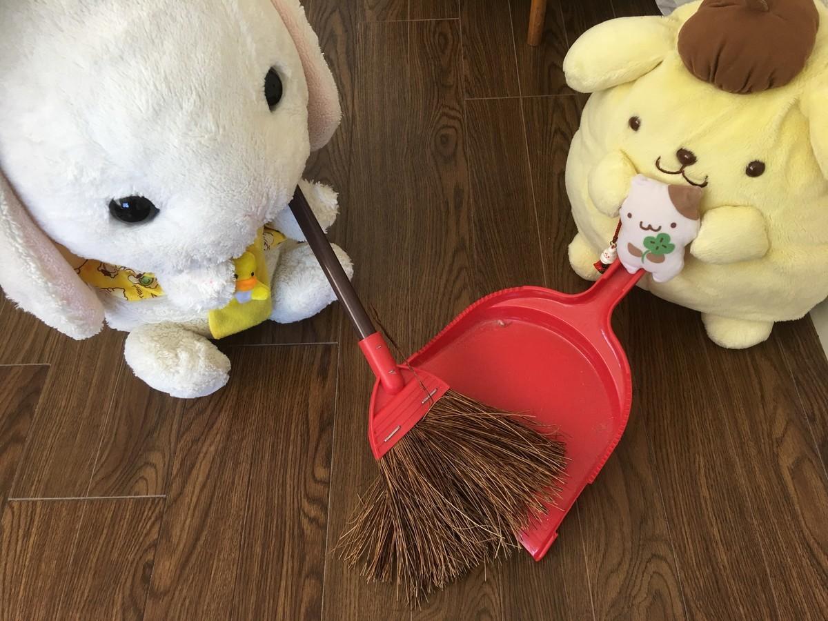 お掃除をするうさ次郎