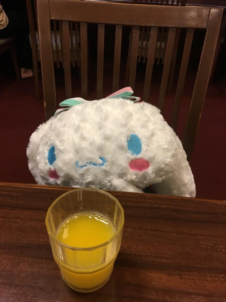 シナモンちゃんはオレンジジュース