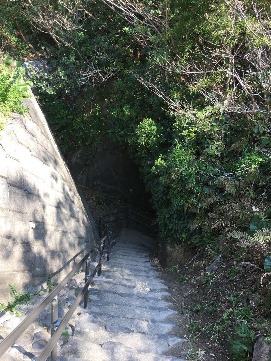 岩の階段を降りると竜宮窟