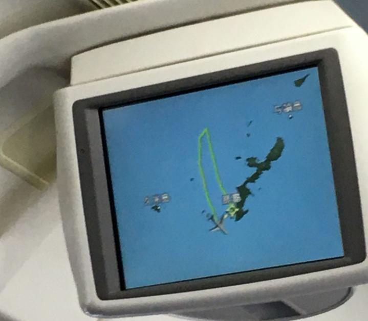 JAL904便 機内のモニター