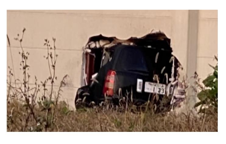 体育館の壁に車が衝突