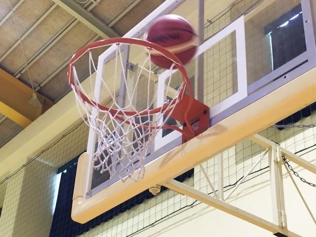 名古屋市豊が丘小学校バスケットゴール装置から400グラム金属がへ落下!