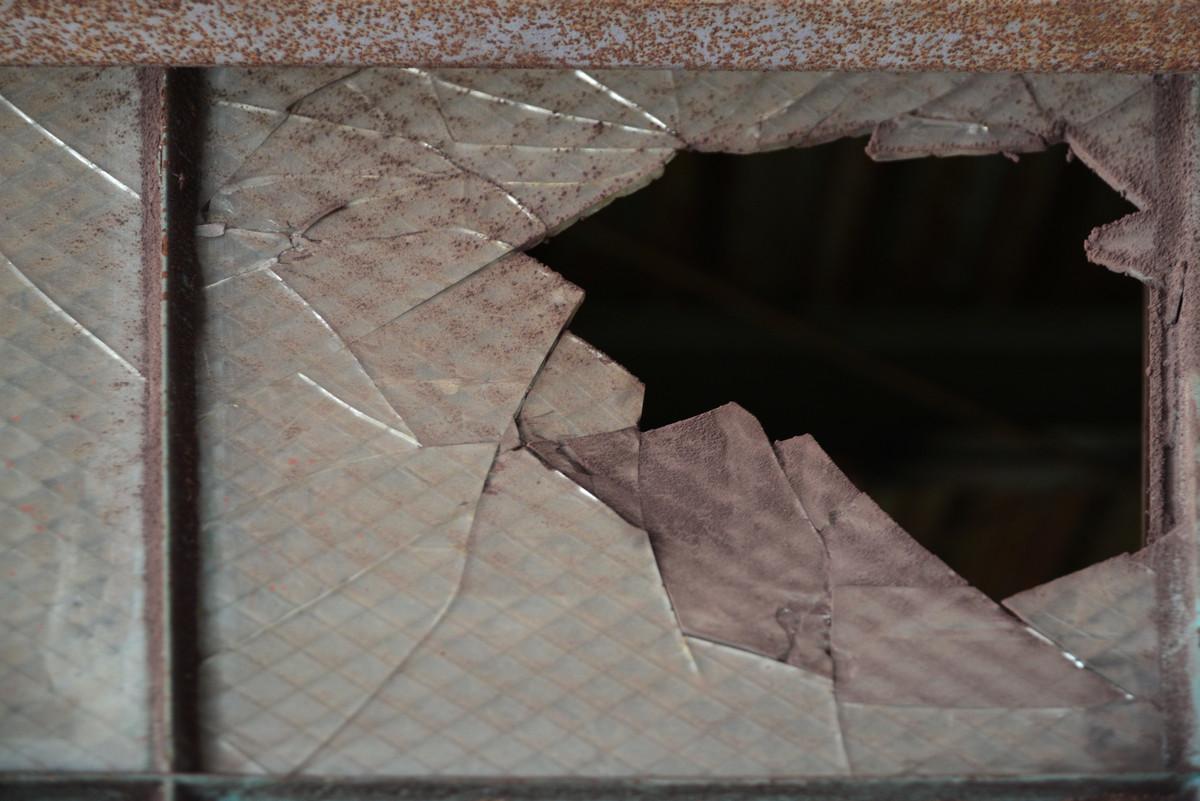 全校集会反対!鳥取県鳥取市立湖東中学校教師が職員玄関のドアガラスを割り戒告の懲戒処分