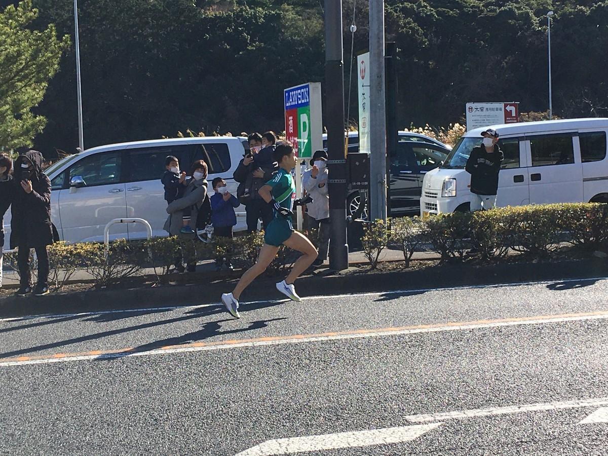 箱根駅伝、中継車と選手が接触の危険!選手と車が衝突の瞬間映像!