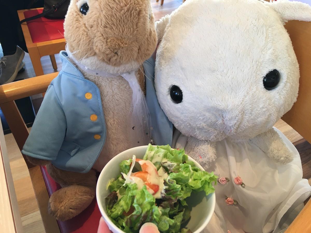 まずはサラダをいただきます